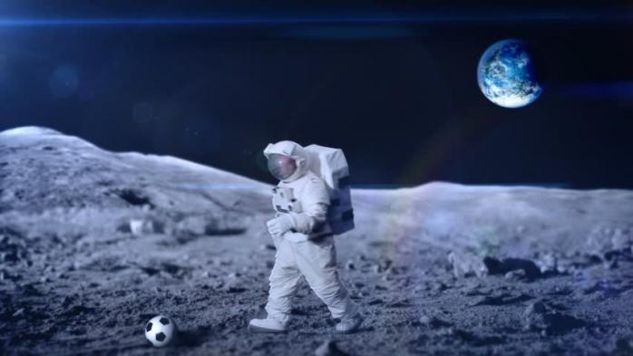 Neil Armstrong dan Bola Sepak di Ruang Angkasa