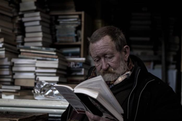 Merawat Minat Baca Para Sepuh