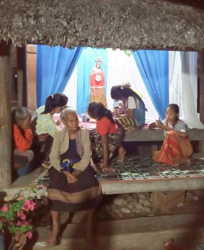 Merayakan Bulan Oktober sebagai Bulan Rosario Patung Bunda Maria Bertakhta di Rumah Adat Uma Mau Bein