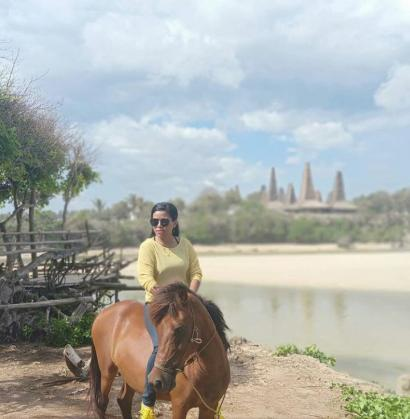 Ayooo, Menunggang Kuda di Pantai Indah Rate Nggaro
