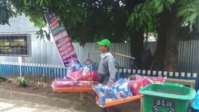 Pedagang Kasur, Penjaja Lemari, dan Penjual Tiang Jemuran