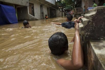 Belajar Menikmati Banjir ala Sekda DKI Jakarta Saefullah