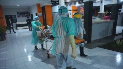 Kisah Perawat Pasien Corona, Tak Ada APD, Jas Hujan pun Jadi