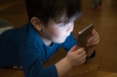 Pentingkah Gawai untuk Anak-anak? Bandingkan Manfaat atau Mudaratnya