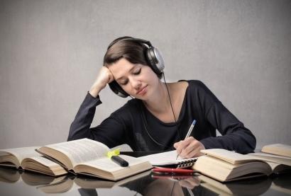Musik dan Manfaatnya dalam Merangsang Ide Saat Menulis