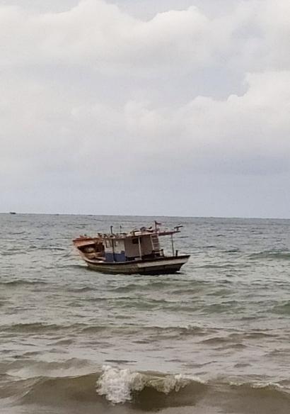 Perahu di Atas Gelombang