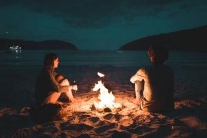 Kau dan Aku di Hadapan Api Membakar Kayu