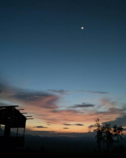 Menunggu Senja Turun di Puncak Ancala