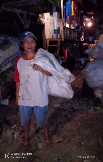 Setangguh Langkah Kaki Mbak Wati, Memungut Sampah Plastik hingga Dini Hari