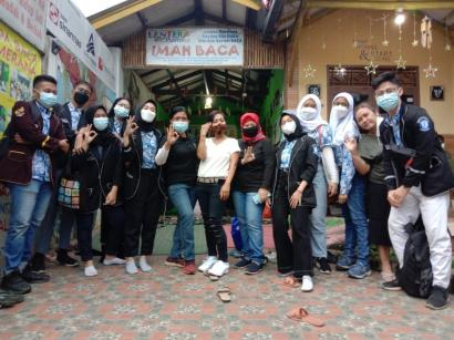 Iluni 30 dan OSIS SMAN 30 Jakarta Bakti Sosial Ramadhan di TBM Lentera Pustaka Bogor
