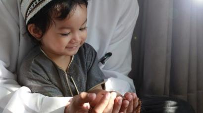 Selama Ramadan Amalan Baik Bernilai Ibadah, Ajarkan Semua pada Anak!