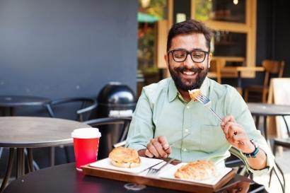Salahkah Aku Kalau Makan Sendirian di Restoran