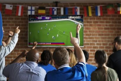 Ini Dia yang Menarik Perhatian Perempuan Ketika Menonton Sepak Bola