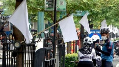Aksi Berbikini di Jalan dan Kibaran Bendera Putih
