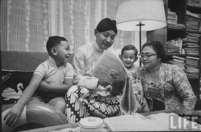 """""""Madam Ten Percent,"""" Benarkah Semua Tudingan kepada Ibu Tien di Era Soeharto?"""