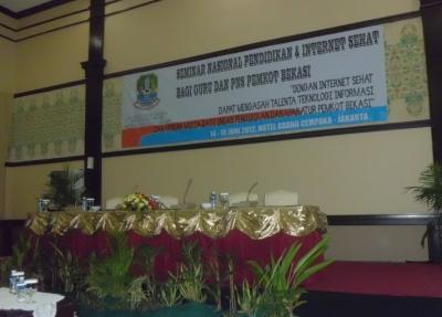 Menghadiri Seminar Nasional Internet Sehat Bagi Guru