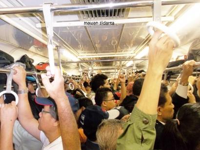 Asyik Berdesak-desakan dalam Commuter Line